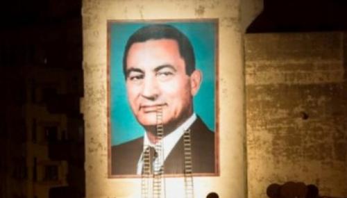 Un portrait géant de Hosni Mobarak à Casablanca suscite des interrogations