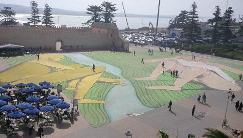 Un artiste italien peint une fresque de 5.000 mètres carrés à Essaouira [Photos]