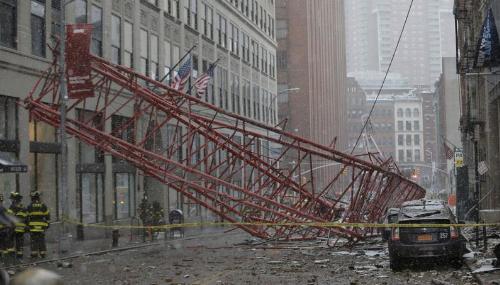 Une grue s'effondre à New York et fait au moins un mort