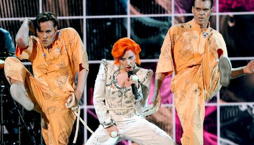 L'hommage de Lady GaGa à David Bowie : une performance qui divise