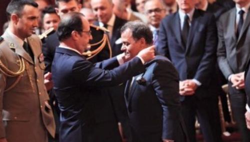 Mehdi Qotbi reçoit des mains de François Hollande les insignes de commandeur de la Légion d'honneur