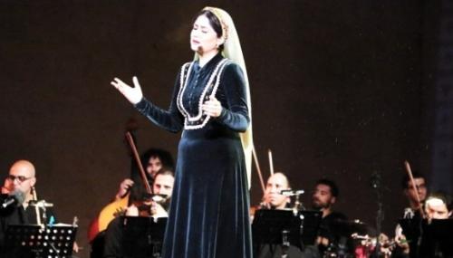 """Musiques sacrées : une chanteuse iranienne poursuivie pour avoir """"chanté sans voile"""""""