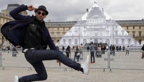 Epatant : l'artiste JR a fait disparaitre la Pyramide du Louvre