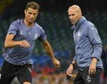 Zinédine Zidane s'estime «clairement» meilleur que Cristiano Ronaldo en rigolant