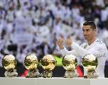Cristiano Ronaldo a présenté ses cinq Ballons d'Or