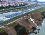 Ce Boeing rate son atterrissage et finit sur une falaise