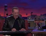 Gad Elmaleh s'amuse à chanter en faux anglais dans le late show de Conan O'Brien (VIDÉO)