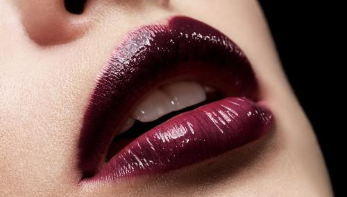 Rouge à lèvres bordeaux  : pour qui et comment l'adopter ?
