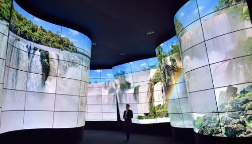 Au CES, la télévision se voit toujours plus grande