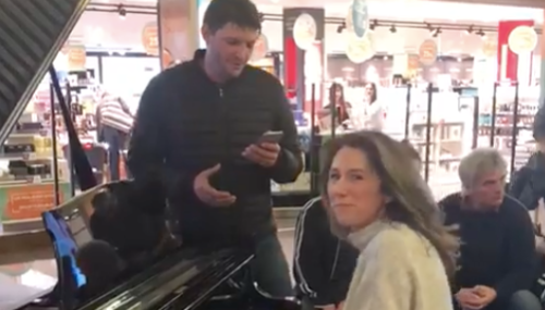 VIDEO. Une reprise d'Hallelujah dans un aéroport fait le buzz sur les réseaux sociaux
