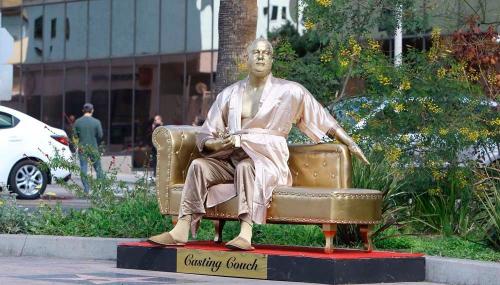 Harvey Weinstein : une statue déshabillée du producteur choque sur le tapis rouge des Oscars !