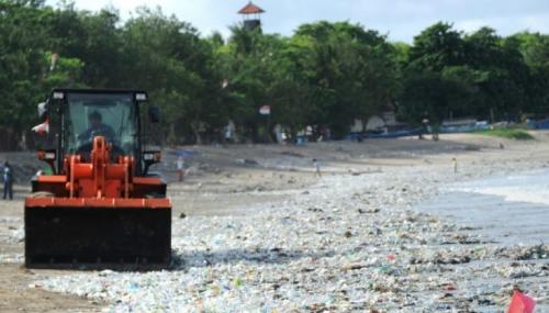 Un plongeur filme un océan de déchets dans les eaux de Bali