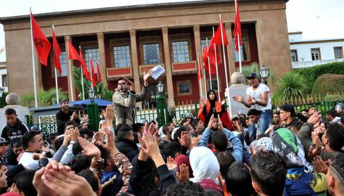 GMT+1 : Une phase de test gouvernemental dans le brouhaha des manifestations
