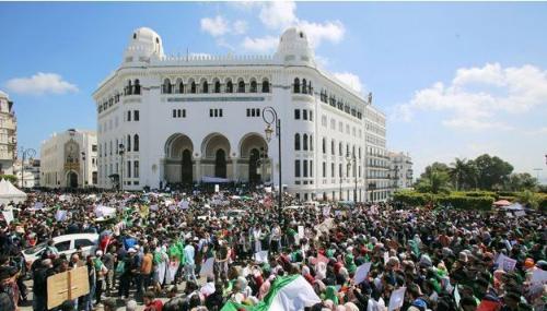 Les Algériens se rassemblent pour un neuvième vendredi de manifestations