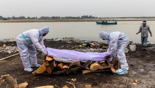 Inde : Des dizaines de corps présumés morts du Covid-19 s'échouent sur les rives du Gange