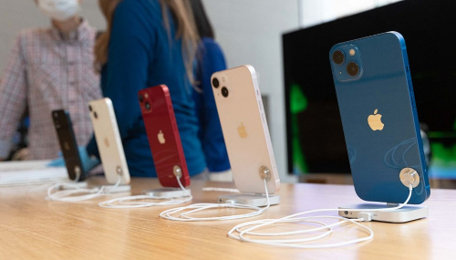 Pénurie de puces: Apple réduit la production du nouvel iPhone